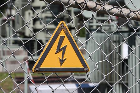 descarga electrica: Precauci�n, riesgo de descarga el�ctrica Foto de archivo
