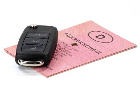 chiave di auto con patente di guida tedesca isolato su sfondo bianco Archivio Fotografico