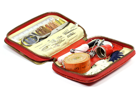 kit de costura: viejo kit de costura de viajes aislado sobre fondo blanco Foto de archivo
