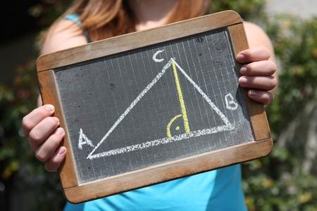 teorema: geométrica del triángulo dibujado con tiza en la pizarra se muestra por la hembra joven