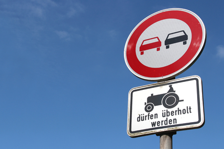 no pase: German road sign: no overtaking - slow vehicles allowed to pass Foto de archivo