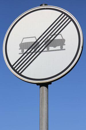 no pase: Alemán señal de tráfico: fin de prohibido adelantar