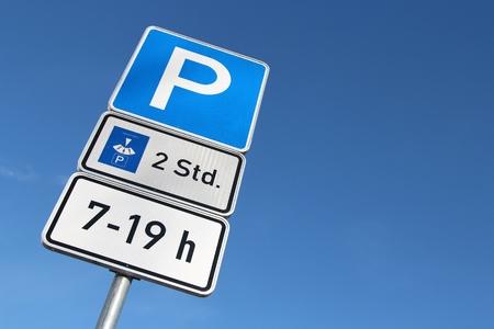 Alemán señal de tráfico: aparcamiento con el disco durante 2 horas entre las 7-19 h