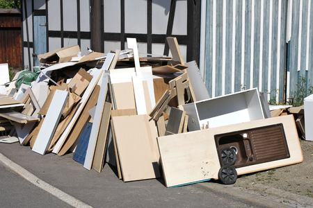 bulk vuilnis te verzamelen langs de weg Stockfoto