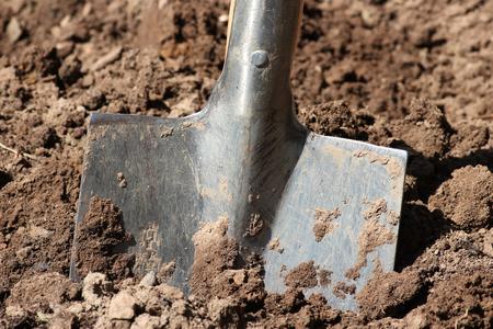 exertion: spade in soil