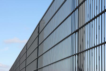 溶接ワイヤ メッシュ フェンス青空 写真素材