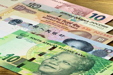 Billets des BRICS Etats sur fond de bois Banque d'images - 54691598