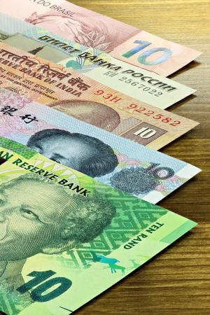 Billets des BRICS Etats sur fond de bois Banque d'images - 54691604