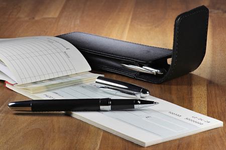 Britische Scheckbuch auf hölzernen Desktop (Kontonummer ist digital geändert und nicht real) Standard-Bild - 54691711
