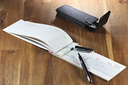 chequera: talonario de cheques británica en el escritorio de madera (número de cuenta es alterada digitalmente y no real)
