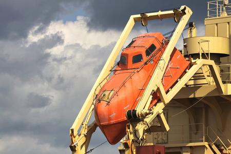 caida libre: los botes salvavidas de ca�da libre de un buque transoce�nico Foto de archivo