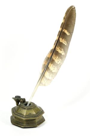 pluma de escribir antigua: halc�n pluma y tintero aislados en el fondo blanco