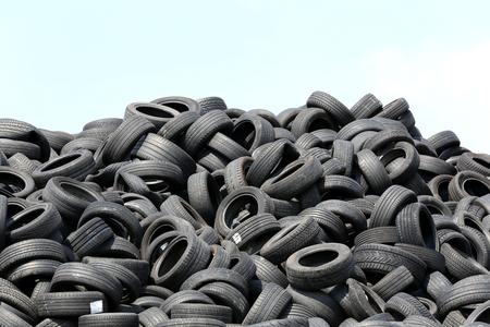 재활용 마당에서 타이어를 사용하다 스톡 콘텐츠