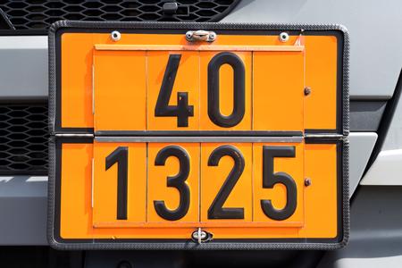 orangefarbene Tafel mit Gefahrenidentifikationsnummer 40 und UN-Nummer 1325 (entzündbare feste Stoffe, organisch, nos) Standard-Bild