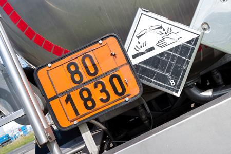 orangefarbene Platte mit Gefahrenidentifikationsnummer 80 und UN-Nummer 1830 (Schwefelsäure mit mehr als 51% Säure) Standard-Bild