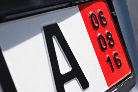 validez: fecha de vencimiento del seguro de vehículos de una placa de matrícula alemana especial para los vehículos destinados a la exportación (en este caso 6 de agosto de, 2016) Foto de archivo