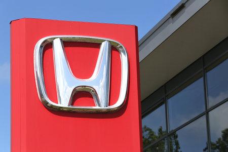 Honda signe de concession devant la salle d'exposition Banque d'images - 60878743