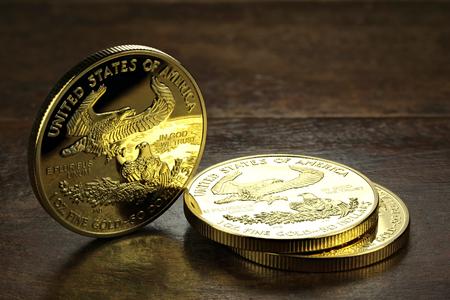 1 Unze amerikanische Goldadlergoldmünzen auf Holzuntergrund