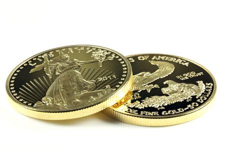 1 ounce goud American Eagle gouden munten op een witte achtergrond