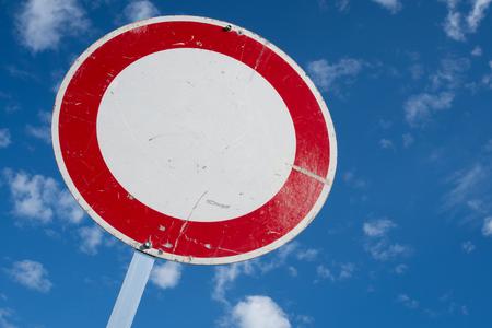 interdiction: panneau routier allemand: pas de véhicules