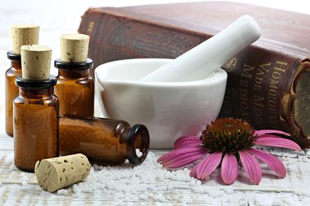 homeopathische echinacea pillen op houten achtergrond