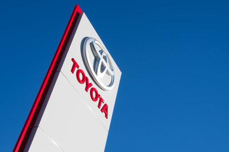 Toyota dealership sign against blue sky 에디토리얼