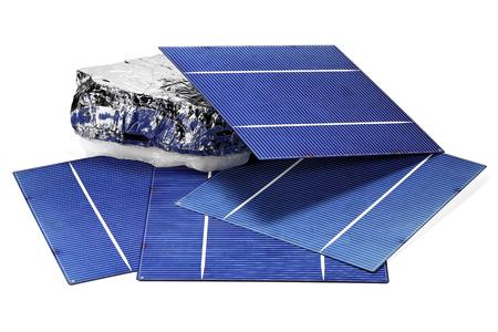 silicon: Las células solares de silicio policristalino con aisladas sobre fondo blanco