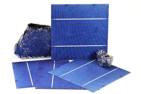 白い背景に分離された多結晶シリコン太陽電池 写真素材