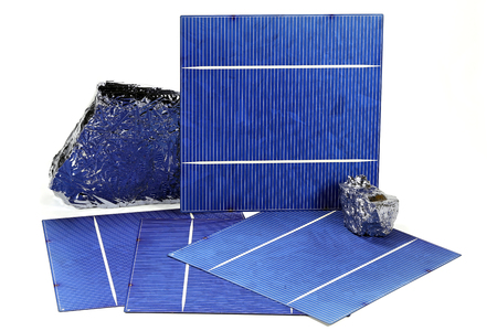 silicio: Las células solares de silicio policristalino con aisladas sobre fondo blanco