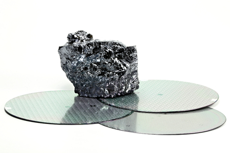 silicon: obleas con la pieza de silicio policristalino aislados sobre fondo blanco
