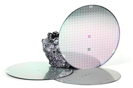 obleas con la pieza de silicio policristalino aislados sobre fondo blanco