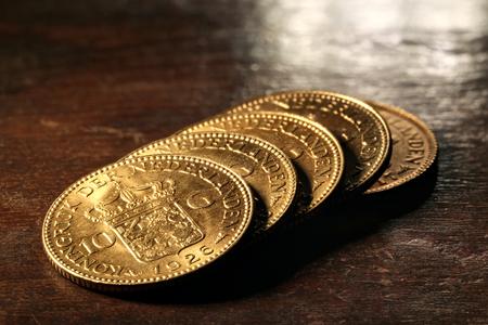 monedas antiguas: Monedas de oro holandesas de Wilhelmina sobre fondo de madera rústica