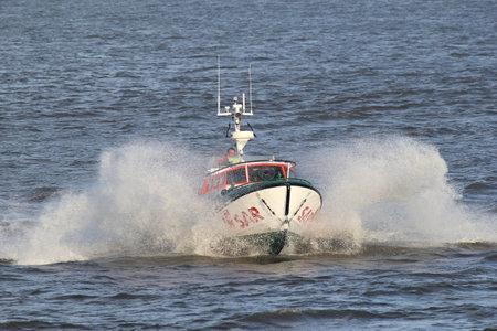 salvavidas: Bote salvavidas SAR de DGzRS en el río Elba. El GMRS es responsable de la búsqueda y el rescate en aguas territoriales alemanas en el Mar del Norte y el Mar Báltico.