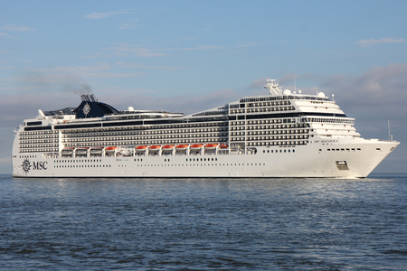 MSC Magnifica aan de rivier de Elbe. MSC Magnifica is een cruiseschip van Musica klasse, dat wordt beheerd door MSC Cruises, 's werelds grootste particuliere cruiseschip.