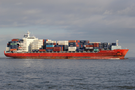 2824 TEU container ship SANTA BETTINA on the river Elbe