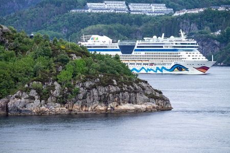esfinge: AIDAluna leaving Bergen, Norway. AIDAluna is a Sphinx class cruise ship, built at Meyer Werft for AIDA Cruises, one of ten brands owned by Carnival Corp. Editorial