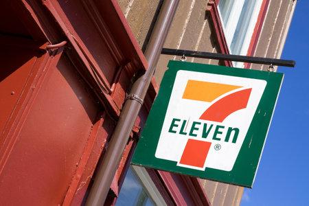 Signe 7-onze à la succursale. 7-Eleven est une chaîne internationale de dépanneurs basée à Irving, au Texas. Banque d'images - 83119042