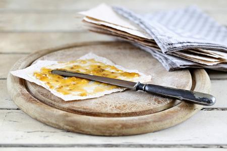 Noorse platbroodje met wolbessenjam op sjofele tafel