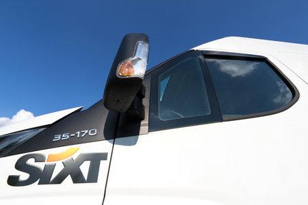 Sixt Logo bei Van zu mieten. Sixt SE ist ein europäischer multinationaler Autovermieter mit rund 4.000 Standorten in über 100 Ländern. Standard-Bild - 85964304