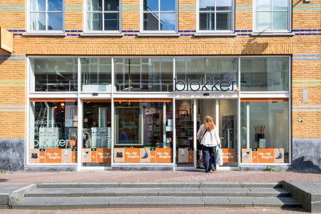 Blokker branche dans le centre-ville de Gouda, Pays-Bas. Blokker est une chaîne de magasins de fournitures ménagères néerlandaise appartenant à Blokker Holding. Banque d'images - 86657504