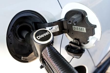 휘발유 역에서 디젤 연료를 보급하는 자동차