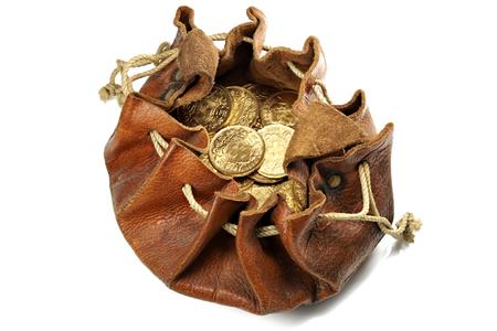 Monedas de oro suizo Vreneli en un bolso de cuero aislado en el fondo