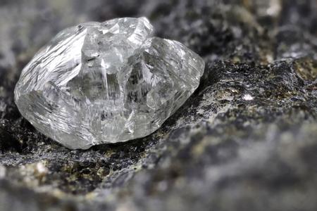 キンバーライトに囲まれた天然ダイヤモンド 写真素材