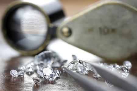 brilliant cut diamond held by tweezers Stockfoto