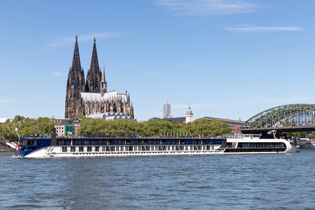 River cruise ship AMASTELLA passing Cologne Cathedral. AMASTELLA has a capacity of 148 passengers and is 135 m long. Redactioneel