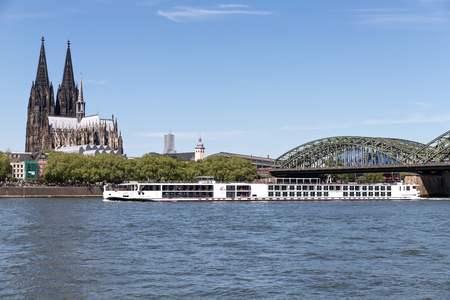 River cruise ship VIKING VIDAR passing Cologne Cathedral. Viking Cruises is a cruise line providing river and ocean cruises, with operations based in Basel, Switzerland. Redactioneel