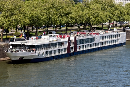 River cruise ship BELLEJOUR in Cologne, Germany. BELLEJOUR has a capacity of 180 passengers and is 127 m long. Redactioneel
