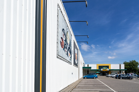 Sligro cash & carry market in Leiden, Netherlands. Sligro has a network of 50 Cash & Carry outlets and 8 Delivery Service outlets. 版權商用圖片 - 111378499