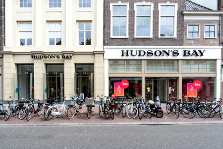 Hudson's Bay store in Leiden. The Hudson's Bay Company is a Canadian retail business group. 版權商用圖片 - 107048648