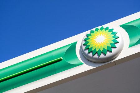 Signe BP à la station-service. BP est une société pétrolière et gazière multinationale britannique dont le siège est à Londres, en Angleterre.